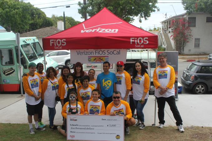 The Verizon Fios SoCal volunteers with K9 Connection.